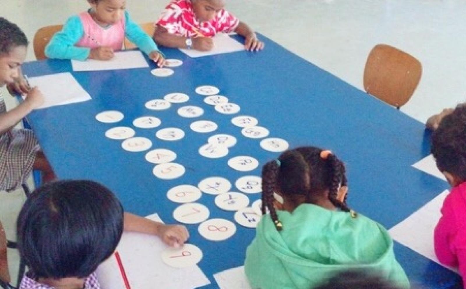 学習に夢中になるフィジーの子供たち